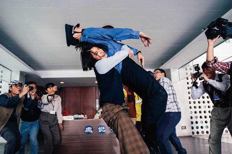 賴雅妍在片中化身脾氣暴躁的前立法委員,是幫禾浩辰輔選有功的強勢國會助理。(圖/華映娛樂提供)