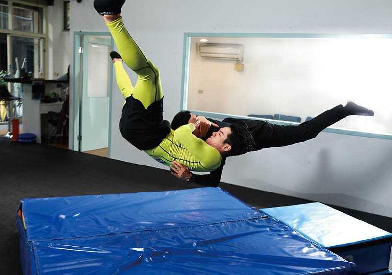 禾浩辰平時就愛看摔角,其中「吊車翻摔」是他覺得最帥的姿勢。招式名稱:RKO(圖/彭子桓攝)