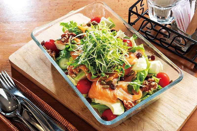 「煙燻鮭魚藜麥蔬菜沙拉」用料豐富,受到不少上班族女性喜歡。(330元)(圖/焦正德攝)