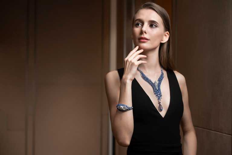 模特兒佩戴Cartier「L'AVENTUREUSE冒險的」美洲豹系列作品。(圖╱Cartier提供)
