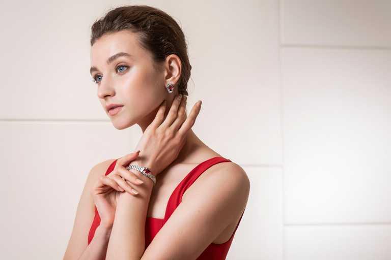 模特兒配戴首次登台的Cartier「RED BOUCLE」系列頂級珠寶作品。(圖╱Cartier提供)