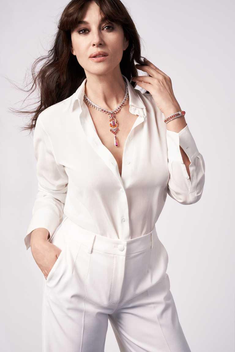 義大利女星莫妮卡・貝魯奇(Monica Bellucci),優雅佩戴Cartier「MAGNITUDE」頂級珠寶系列全新作品。(圖╱Cartier提供)