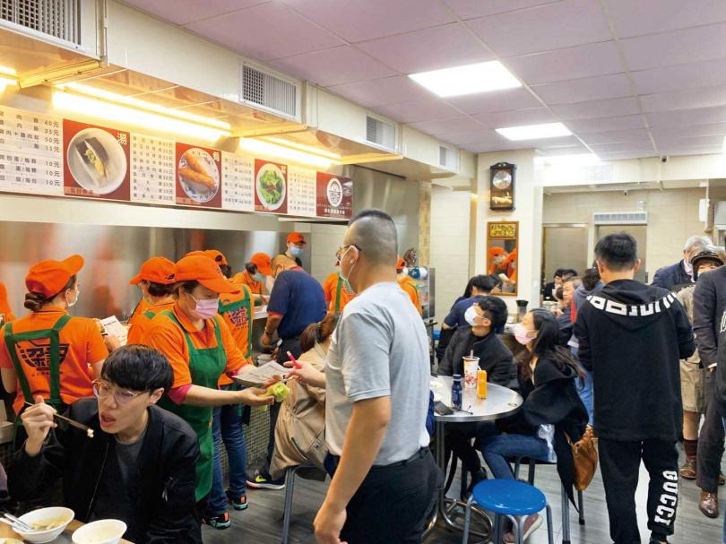 中午和晚餐尖峰時段人潮眾多,建議想悠閒品嘗美味的客人,可以起早或下午造訪。(圖/官其蓁攝)
