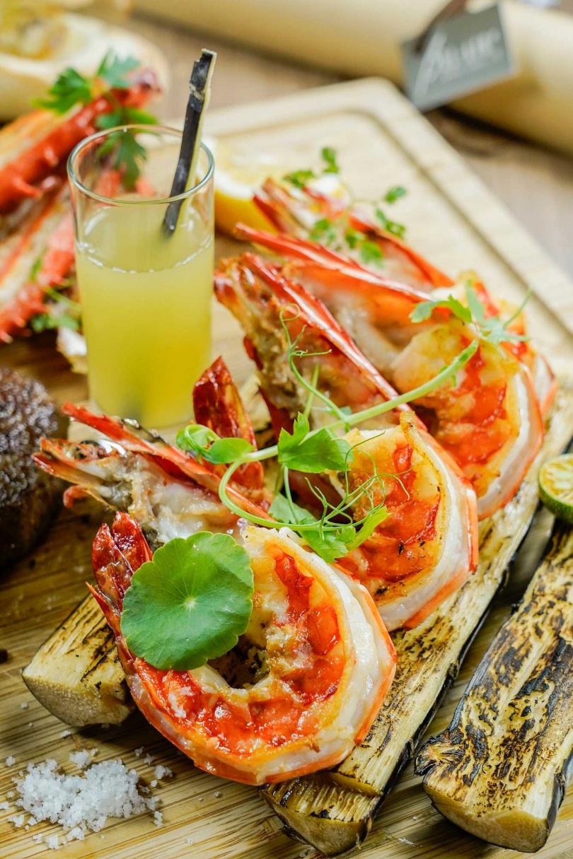 馬來西亞甘蔗煙燻風味大蝦。(圖/台北君悅酒店提供)
