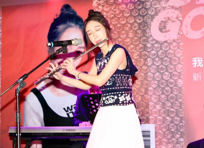香奈兒記者會上吹奏長笛,大展古典音樂長才。(圖/焦正德攝)