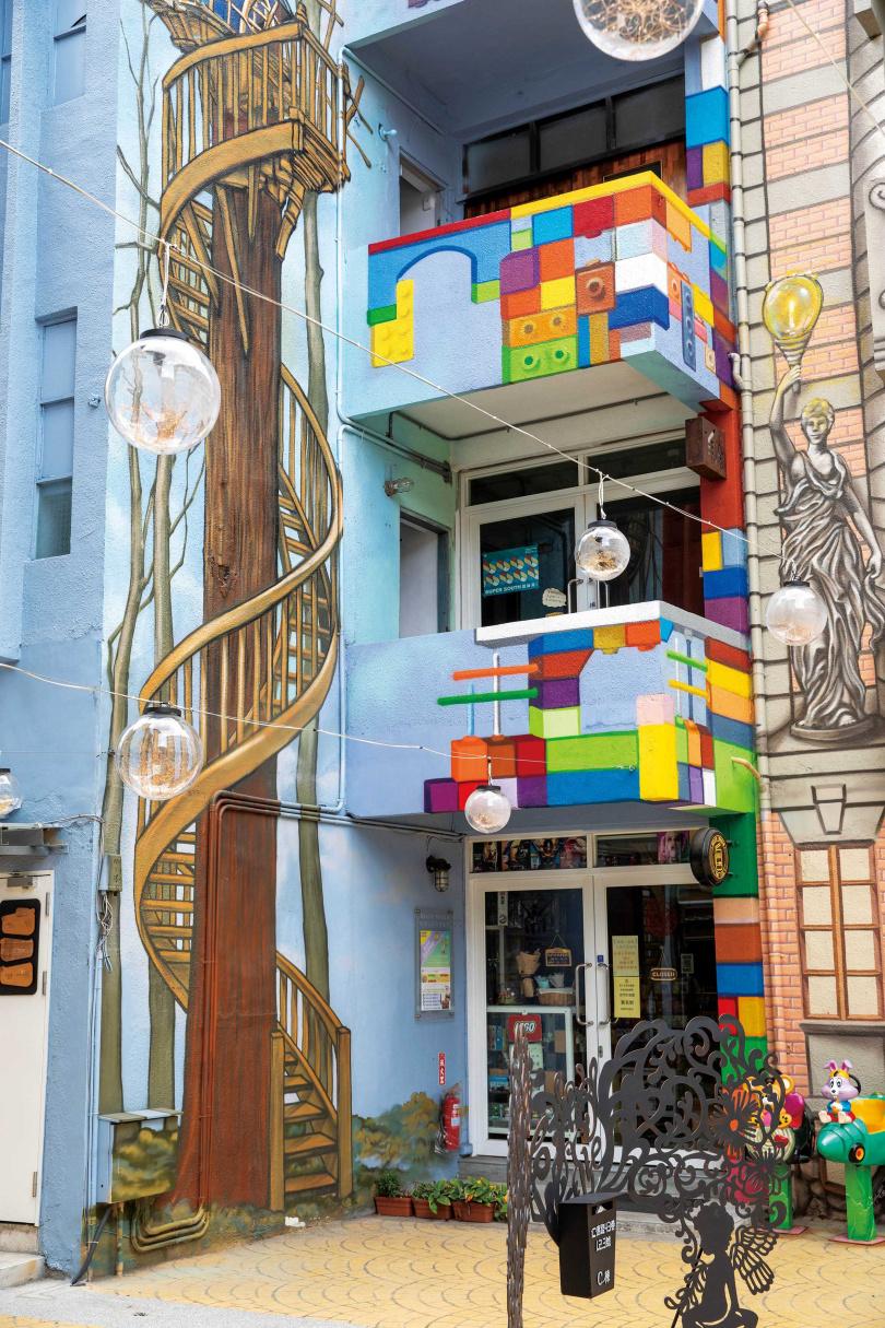 外牆塗鴉宛如魔術方塊的「自遊玩玩具實驗室」,特別吸引小朋友注意。(圖/宋岱融攝)