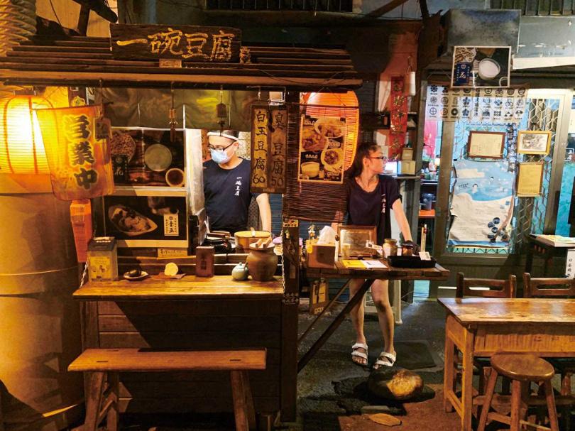 木作攤車「一碗豆腐」營業至晚上10點,是附近居民最愛的深夜食堂。(圖/宋岱融攝)