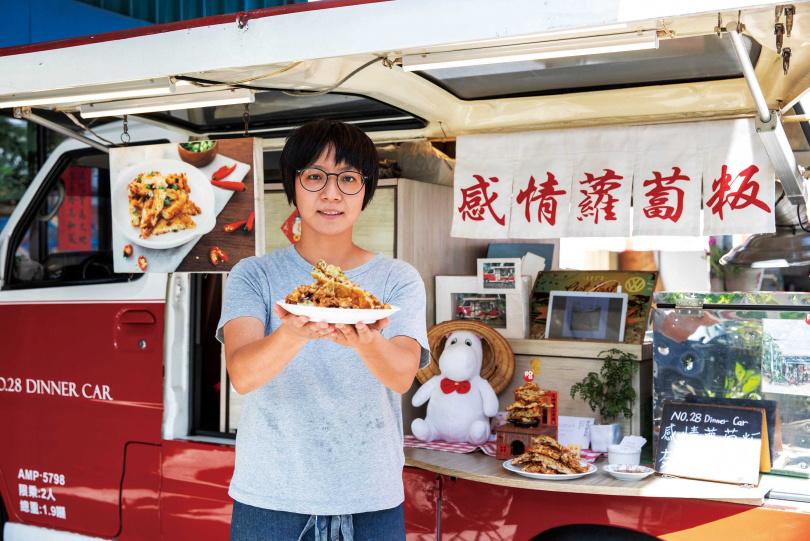 為了照顧母親而返鄉創業的于禎,推出改良版的家傳蘿蔔餅,很受在地客人喜愛。(圖/宋岱融攝)