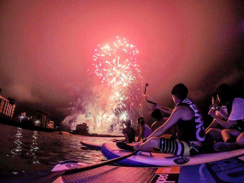 台灣澎湖SUP立槳衝浪體驗—夜划海上看煙火。(圖/KKDAY提供)