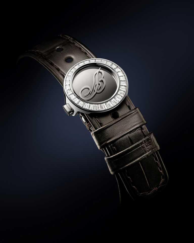 錶釦亦綴以璀璨美鑽,與鑲鑽錶圈和寶璣鏤空指針互相輝映。在金屬錶釦中央,飾以代表寶璣(Breguet)的「B」字,相當引人注目。(圖╱BREGUET提供)