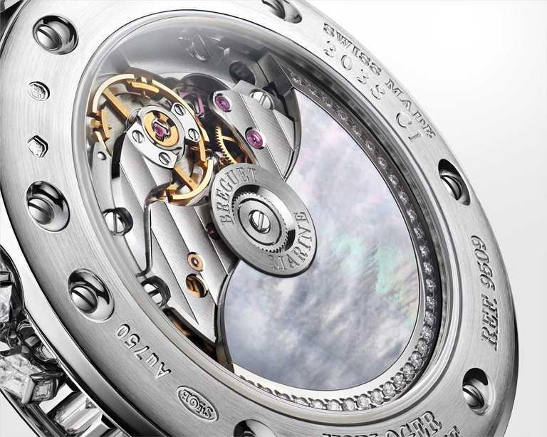 BREGUET「Marine Haute Joaillerie 9509 Poseidonia」航海系列高級珠寶腕錶,錶背可欣賞寶璣591C型超薄自動上鍊機芯的傳統工藝。(圖╱BREGUET提供)