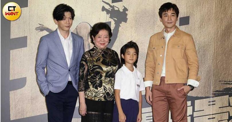 上星期在台北電影節拿下影帝的莫子儀(左),與陳淑芳(左二起)、白潤音、是元介《親愛的房客》劇組出席。