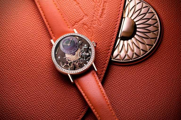 BREGUET「Tradition 7038」傳世系列女士腕錶,與獨家相配手拿包。(圖╱BREGUET提供)