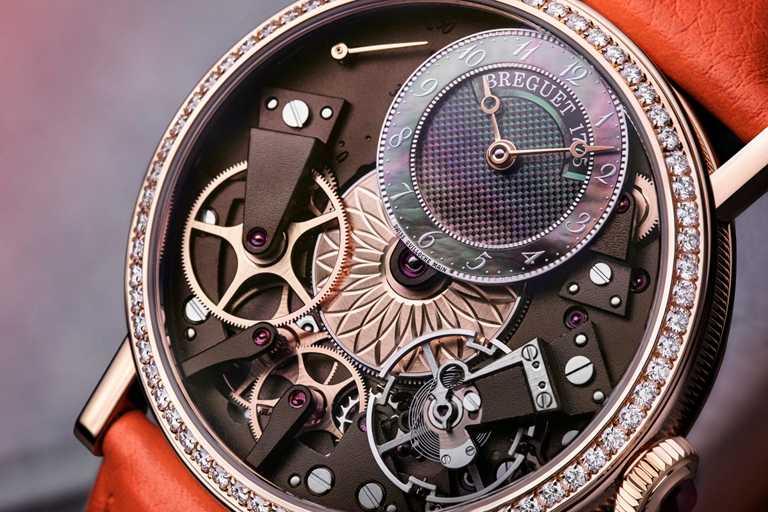 BREGUET「Tradition 7038」傳世系列女士腕錶,錶盤與機芯精緻機刻雕花。(圖╱BREGUET提供)