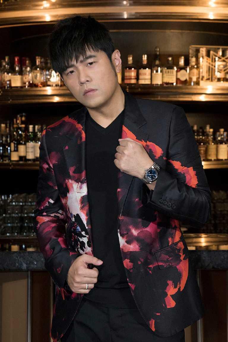 亞洲流行音樂天王周杰倫出席帝舵表台北新品發表會,佩戴全新TUDOR「Royal皇家系列」腕錶藍面款╱73,500元。(圖╱TUDOR提供)