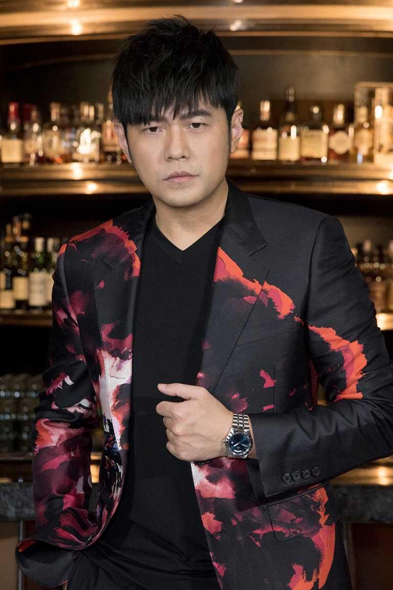 帝舵表代言人周杰倫,於台北出席新品全球發表會,佩戴全新TUDOR「Royal皇家系列」腕錶藍面款╱73,500元。(圖╱TUDOR提供)