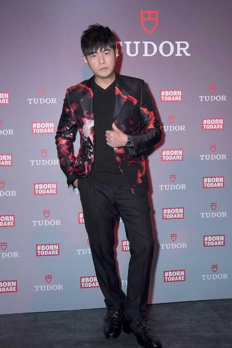 帝舵表新品全球發表會上,周杰倫身穿廣告形象中的紅黑圖騰西裝亮相出席,佩戴全新TUDOR「Royal皇家系列」腕錶藍面款╱73,500元。(圖╱TUDOR提供)