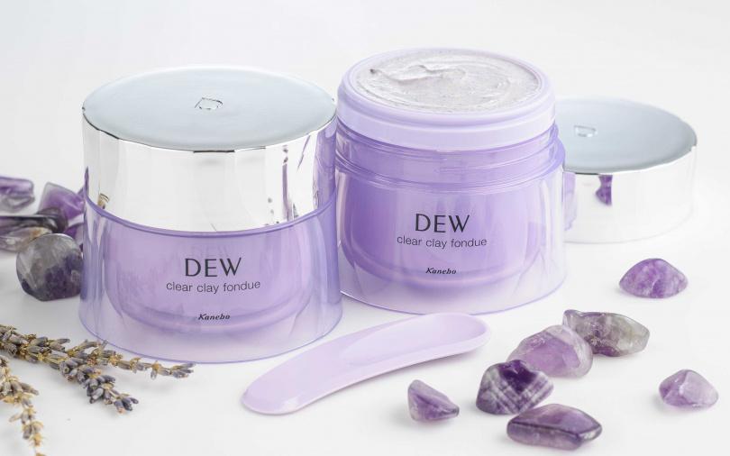 DEW薰衣草香氛皂泥膜 90g/1,050元  連挖勺也是紫色的,太用心了。(圖/品牌提供)