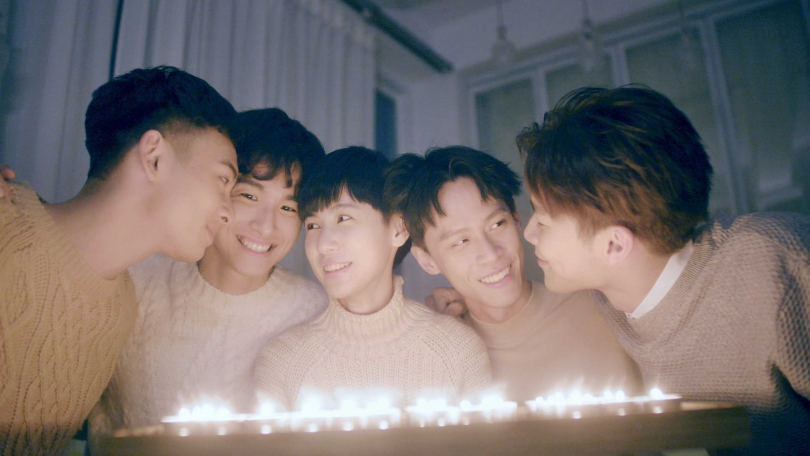 宋緯恩、黃雋智、魏嘉瑩、張瀚元、劉韋辰在MV中軟爛的笑,默契十足。(圖/小魏工作室提供)