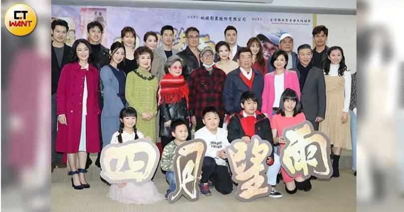 《四月望雨》5日舉辦首映會,導演林福地及眾演員們出席。(圖/攝影林勝發)