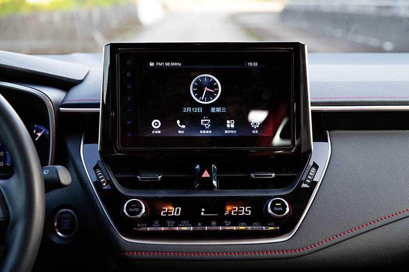 中控台觸控螢幕升級為TOYOTA Drive+ Connect8吋WiFi薄邊框主機,並具備Apple CarPlay/Android Auto連接功能。(圖/黃耀徵攝)