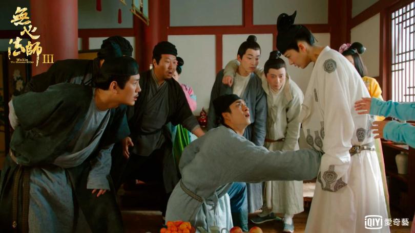 陳瑤假扮弟弟遭韓東君摸胸又偷桃。  (愛奇藝台灣站提供)