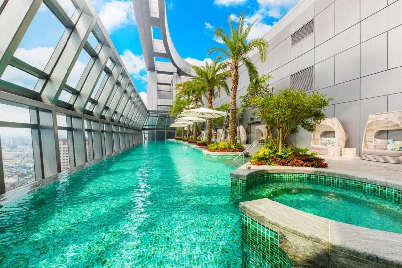板橋凱撒大飯店32樓無邊際泳池。(圖/凱撒飯店集團)