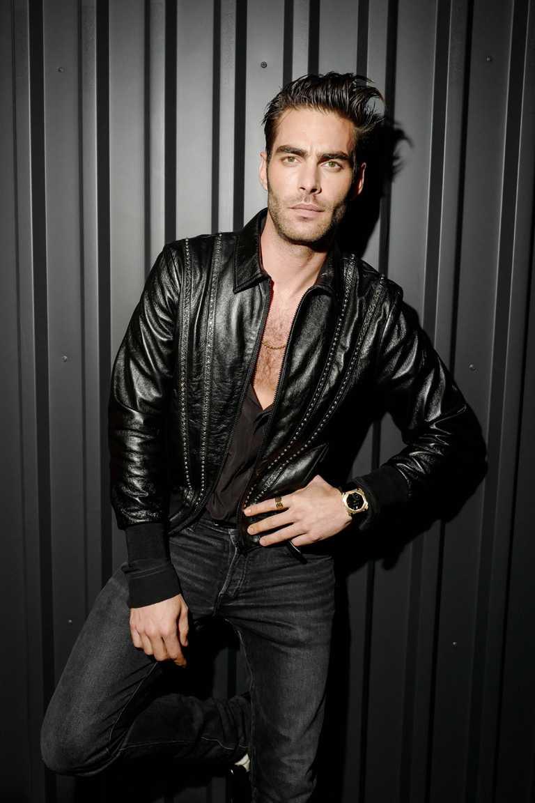 好萊塢男星喬‧卡塔傑林納(Jon Kortajarena)以一身勁裝搭配BVLGARI「B.zero1 Rock系列」單品,流露陽剛魅力。(圖╱BVLGARI提供)