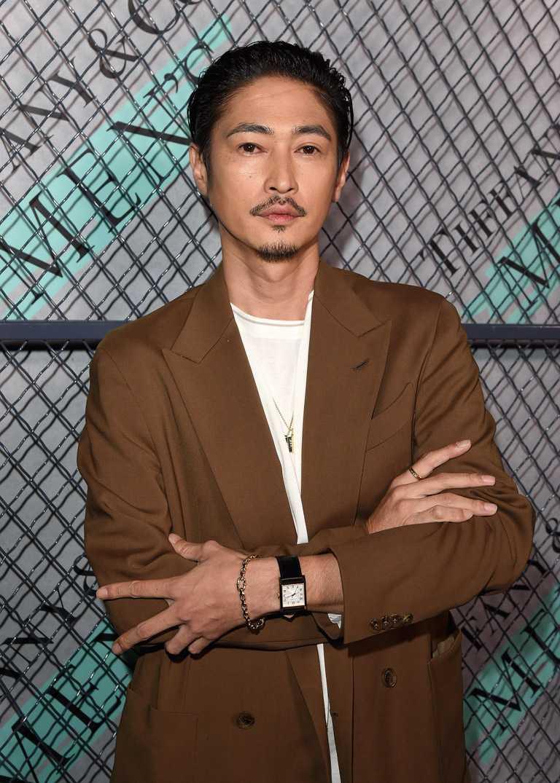 日本男星窪塚洋介,以休閒西裝外套搭配TIFFANY & CO.「Tiffany Men's系列」飾品,一派自信英氣。(圖╱TIFFANY & CO.提供)
