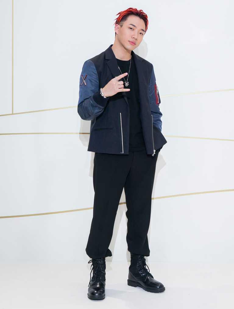 台灣饒舌歌手ØZI,運用潮流裝扮混搭Cartier「Panthère de Cartier美洲豹系列」單品,洋溢青春氣息。(圖╱Cartier提供)