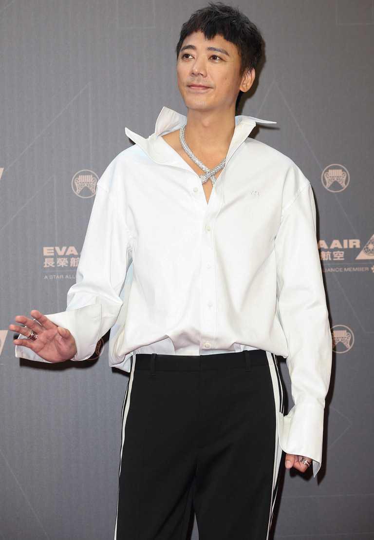 台灣個性男歌手信,佩戴BVLGARI「SERPENTI系列」頂級鑽石項鍊出席金曲獎紅毯,盡顯奢華霸氣。(圖╱BVLGARI提供)