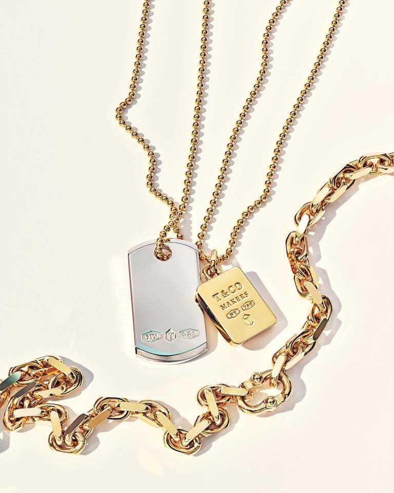 (由左至右)TIFFANY & CO.「Tiffany 1837 Makers系列」純銀I.D.鍊墜╱15,000元;18K金吊牌鍊墜╱134,000元;18K金窄版手鍊╱240,000元(圖╱TIFFANY & CO.提供)