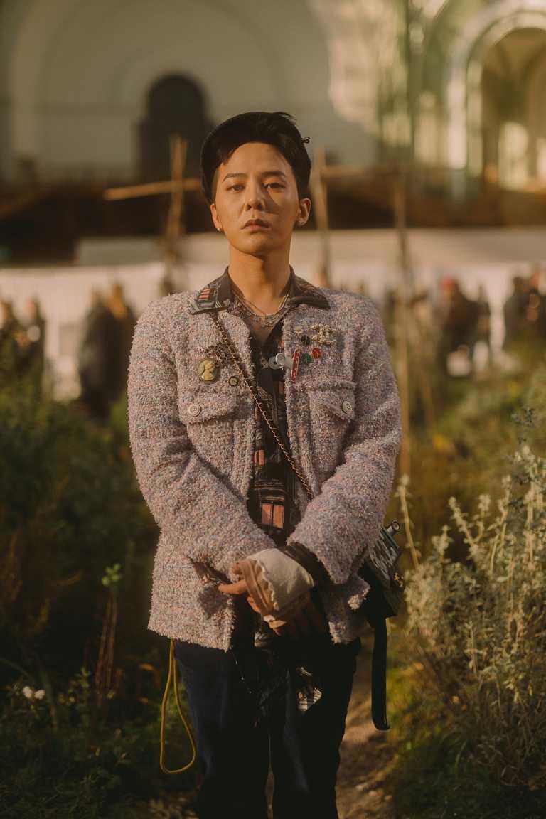 韓國偶像歌手G-Dragon權志龍,運用CHANEL「COCO CRUSH系列」珠寶搭配斜紋軟呢外套,演繹獨特氣質。(圖╱CHANEL提供)