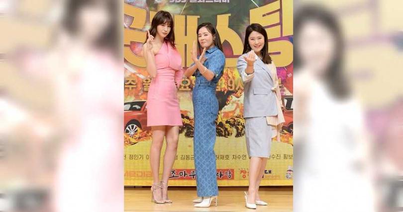 柳仁英(左起)、崔江姬和金志映飾演在國情院工作的大媽。(圖/friDay影音提供)
