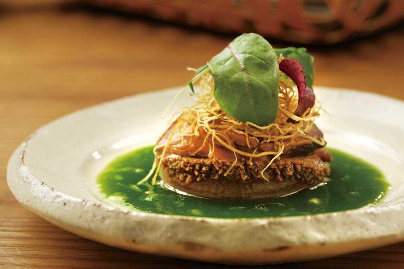 二之膳的「鮑魚旨蒸佐翡翠醬」以清蒸保留鮑魚原汁,搭配以雞骨、柴魚高湯,和青蔥燴煮熬成濃稠醬。(圖/于魯光攝)