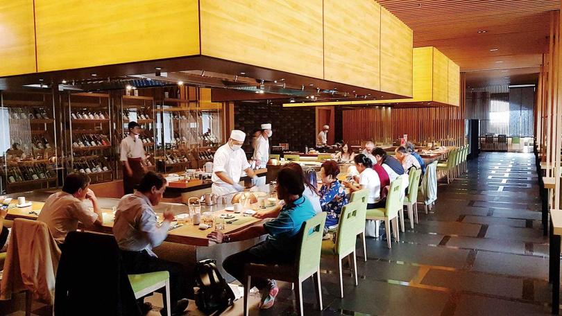 寬敞靜謐的「晴山日本料理」,用餐氣氛自在舒適。(圖/于魯光攝)