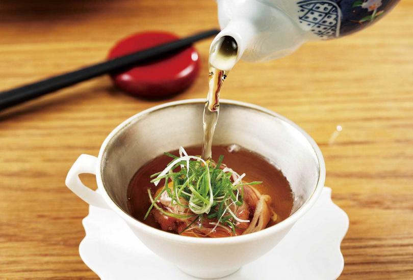 前湯的薄片牛肉在沖進清澈的柴魚高湯時,瞬間肉韻芳醇四溢。(圖/于魯光攝)