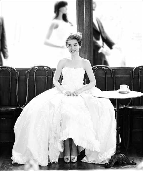 由於老公身份特殊,朴宣暎結婚時僅曝光個人婚紗照。