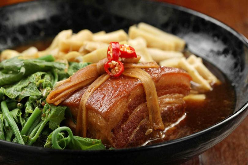 不油不膩的老酒東坡肉,配上當季最新鮮的燜桂筍,十分下飯。(圖/于魯光攝)