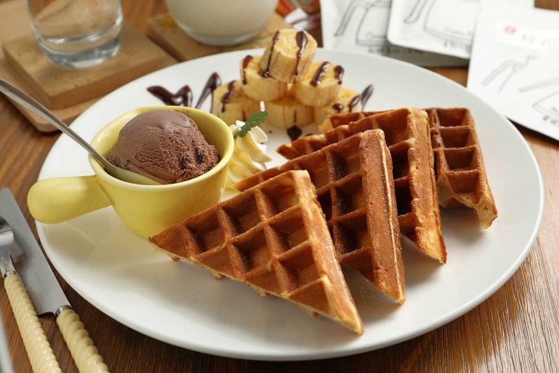 「巧克力香蕉鬆餅」以鬆軟帶脆的鬆餅搭配淋上巧克力醬的香蕉,入口幸福滿點。(140元/份)(圖/于魯光攝)
