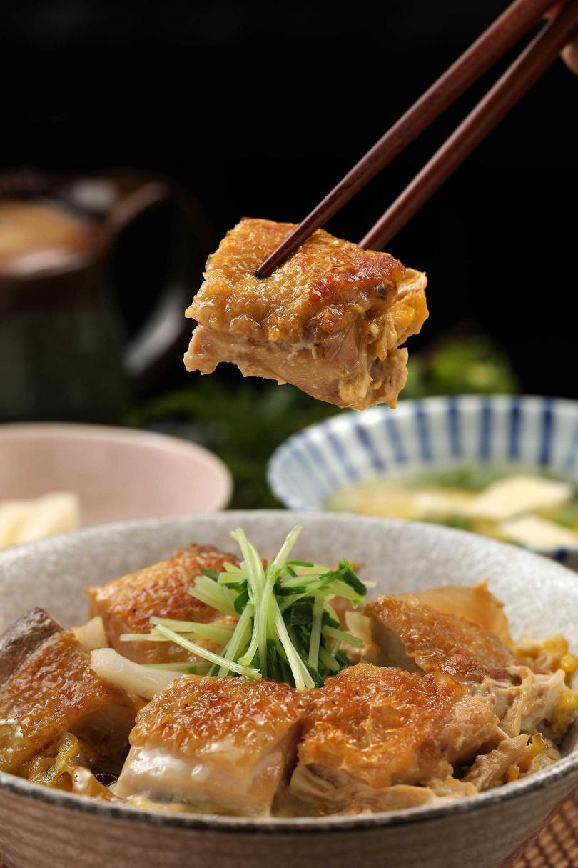 「雞肉親子丼」的雞腿肉質Q彈,搭配半熟滑蛋入口,相當鮮嫩。(360元/套餐)(圖/于魯光攝)