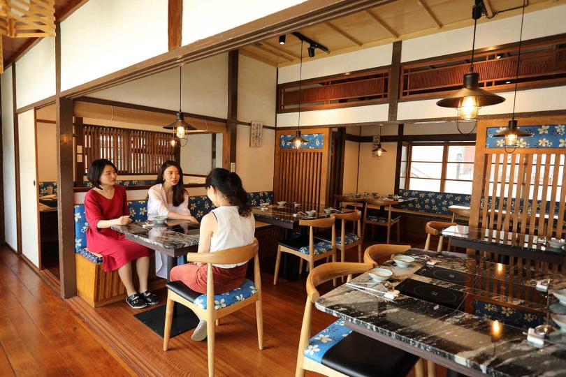「景町文煮」以木質空間搭配客家花布元素,十分雅緻。(圖/于魯光攝)