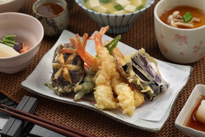 「炸蝦丼」包裹著脆口麵衣,一口咬下,唇齒間立即感受到濃郁酥香。(380元/套餐)(圖/于魯光攝)