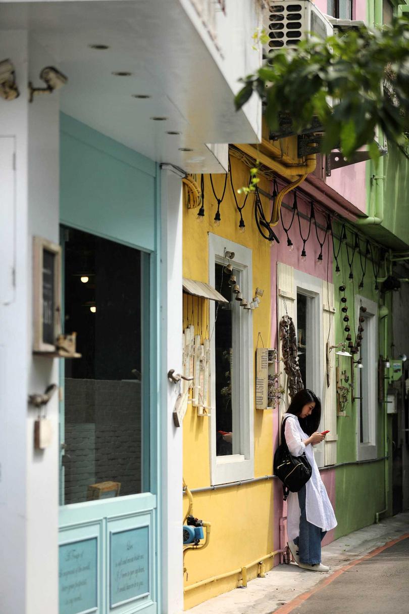「有食候。紅豆」的馬卡龍色調外牆,很適合拍攝文藝清新感的照片。(圖/于魯光攝)