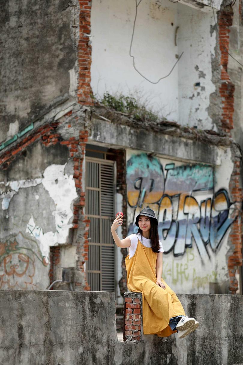 咖啡館旁的舊宅也被畫上塗鴉,拍照十分有張力。(圖/于魯光攝)