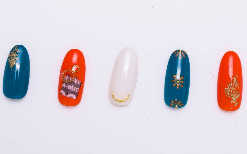 """立體圓環、金蔥花朵、華麗金箔,如果喜歡每個甲片都要是獨一無二的裝飾細節,只要記得都選""""金色""""就能帶出整體感。(圖/戴世平攝)"""