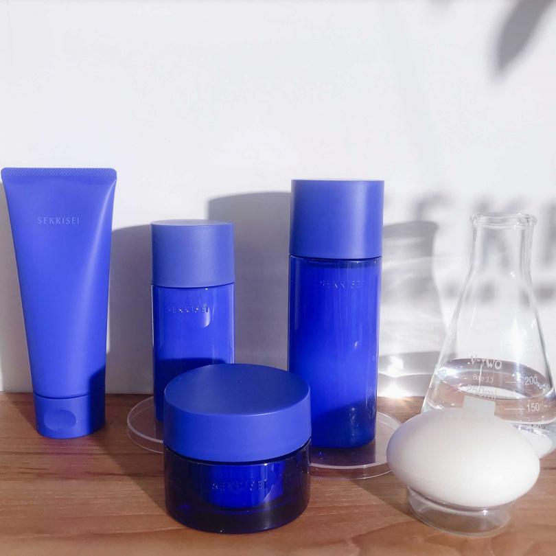 雪肌精全新SEKKISEI CLEAR WELLNESS雪肌精漾活系列效能型(藍色瓶)(圖/黃筱婷攝影)