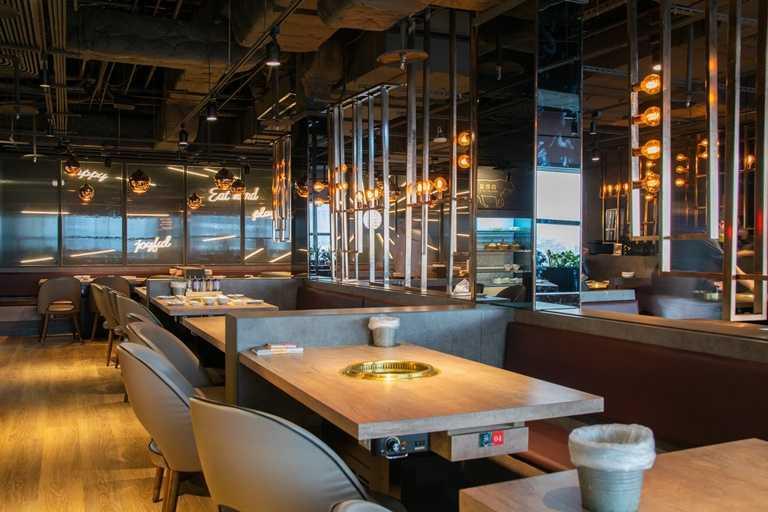 燒肉同話南港店,以燈飾點綴輕工業風格,營造舒適的用餐氛圍。