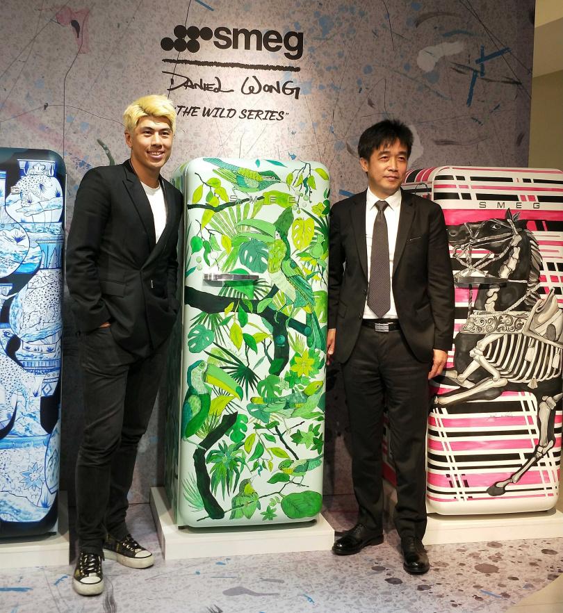 華裔設計師Daniel Wong(左)與品硯實業總經理曾增枝(右)一同為手繪冰箱宣布上市。(圖/高靜玉攝)