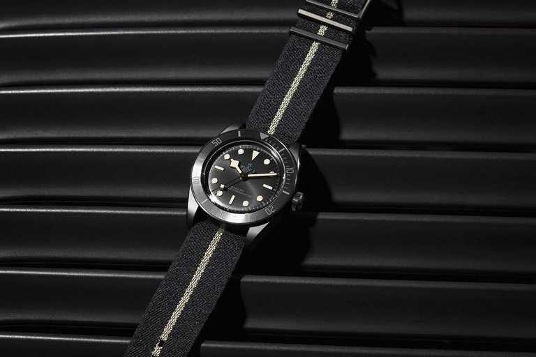 TUDOR「Black Bay Ceramic碧灣陶瓷」型腕錶,搭配黑色織紋錶帶,飾以奶油色條紋,與整體形成鮮明對比。(圖╱TUDOR提供)